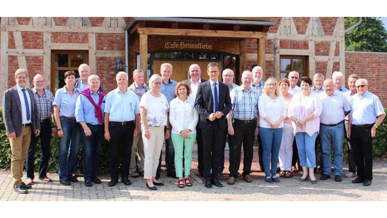 """Die """"Botschaften"""" des MIT-Bundesvorsitzenden kamen an. Hier die Teilnehmer vor dem """"Café Heimatliebe"""" des Landgasthauses """"Okelmann"""" in Warpe im Landkreis Nienburg."""