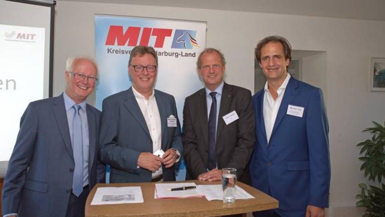 Wilfried Uhlmann, Vorsitzender des MIT-Kreisverband Harburg Land (von links) freute sich mit den Bundestagsabgeordneten Michael Grosse-Brömer, Fritz Güntzler und terra-Geschäftsführer Michael Tietz über den gelungenen, informativen Abend.